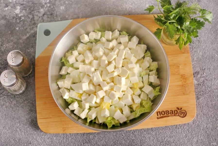 Сыр нарежьте примерно такими же кубиками. Брынзу можно заменить на сыр фета или любой подобный.