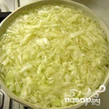 1.Яйца варим вкрутую. Нарезаем мелко капусту и минут на пять-десять заливаем кипятком.