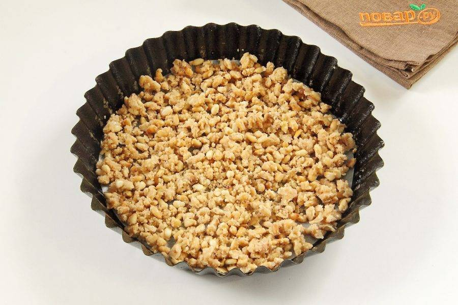 В сухой сковороде карамелизируйте оставшийся сахар (растопите до золотистого цвета), добавьте 25 гр сливочного масла, перемешайте и добавьте кедровые орешки. Снимите с огня и переложите в смазанную маслом и застеленную пергаментом форму для выпечки.