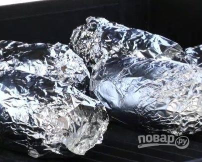 Заворачиваем каждую картофелину в фольгу и отправляем в духовку на 20 минут.