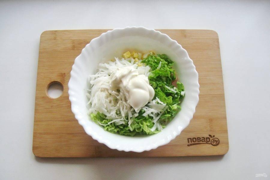 Заправьте салат майонезом и посолите по вкусу.