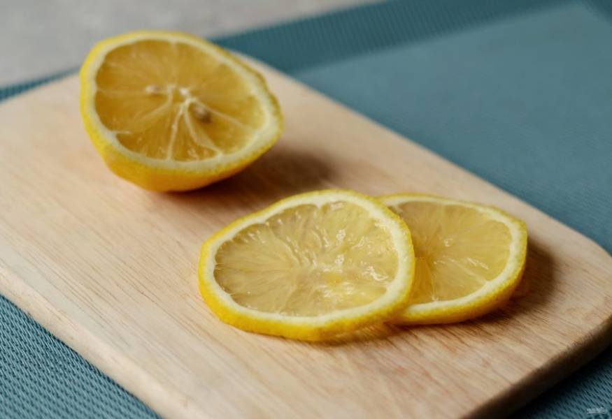 Лимон нарежьте кружочками.