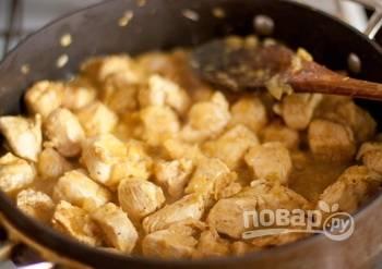 Потом в сотейник добавьте курицу и имбирь. Жарьте блюдо до момента, когда оно приобретет матовый цвет.