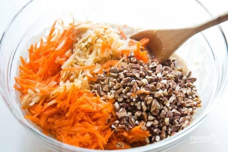 1.В большой миске перемешайте муку, сахарный песок, пищевую соду, разрыхлитель, молотую корицу, мускатный орех и соль. Помойте, очистите от кожуры и натрите на крупной терке морковь и яблоки. Немного измельчите грецкие орехи.