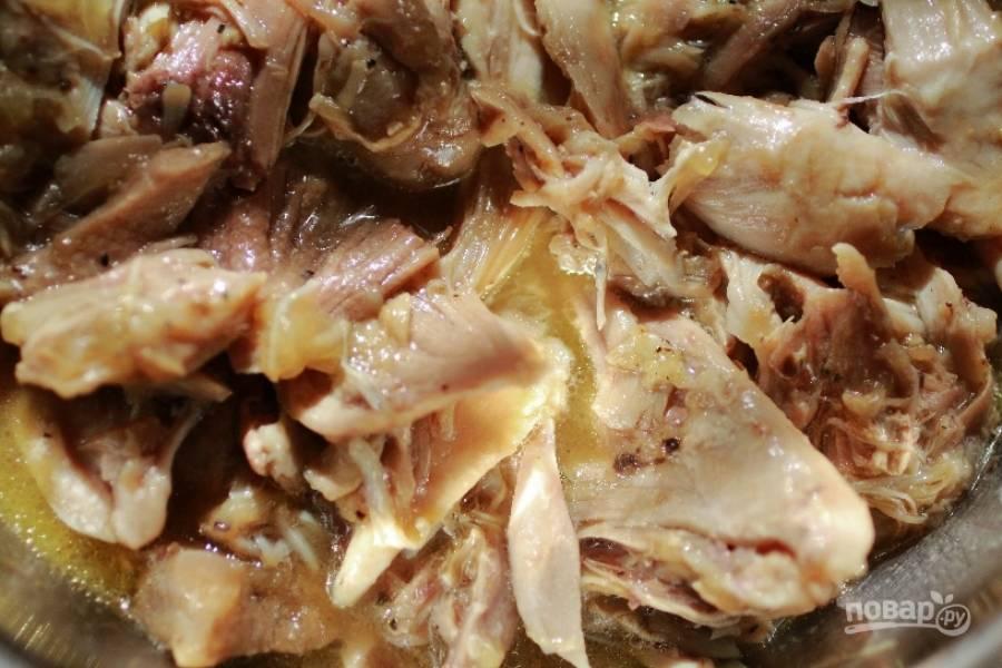 4.Снимите остывшее мясо с костей большими кусками. Отправьте в бульон и оставьте остывать в холодильнике 30 – 40 минут.