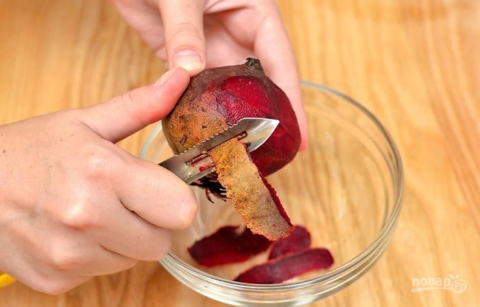 Очистите тонким и острым лезвием свеклу, промойте ее под проточной водой и натрите на терке.