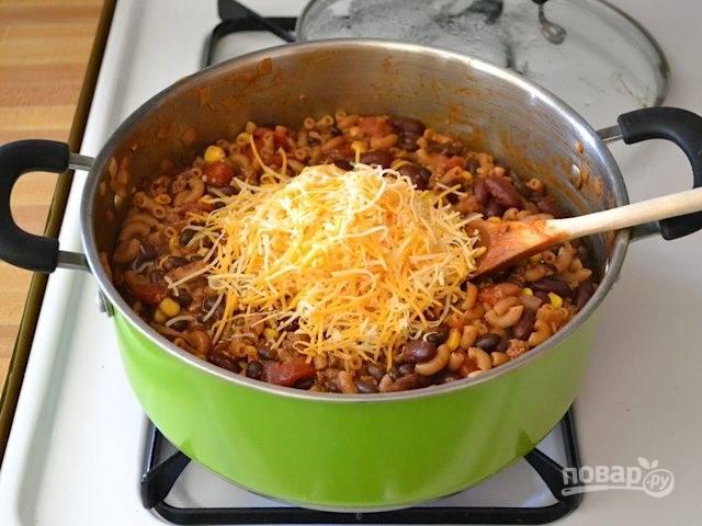 8.Добавьте твердый сыр, по вкусу соль и перец.