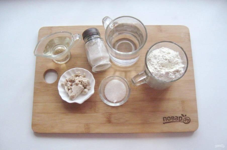 Подготовьте все ингредиенты для приготовления теста для пиццы.