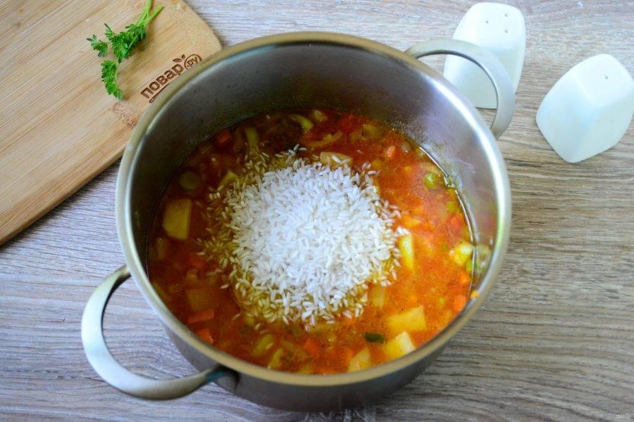 Как только сок закипит, всыпьте рис и прогрейте его несколько минут.