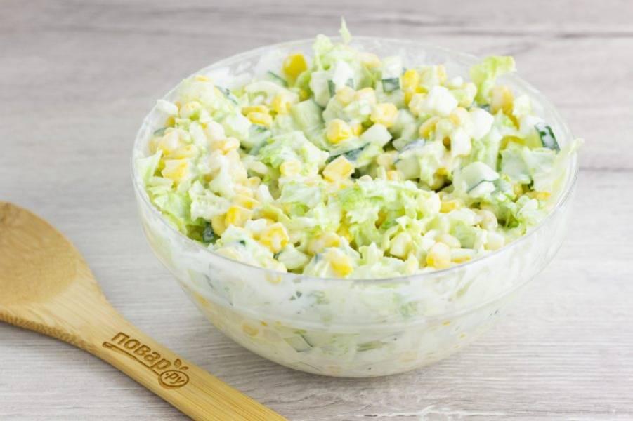 Салат тщательно перемешайте и посолите по вкусу.