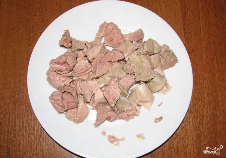 Квашеную капусту заливаем горячим бульоном, добавляем грибы, овощи, лавровый лист, соль, перец, а также мясо индейки.