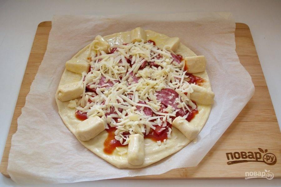 На крупной терке натрите твердый сыр. Выложите поверх всей начинки.
