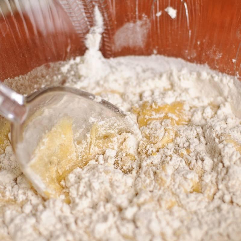 Добавить растопленное сливочное масло, корицу и взбить венчиком, пока все не смешалось. Добавить сухие ингредиенты в жидкие. С помощью лопатки аккуратно перемешать все вместе.