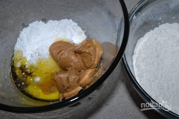 1. В глубокой емкости миксером смешайте арахисовое масло, масло сливочное и сахар. После добавьте яйцо и ванилин, снова смешайте до получения кремообразной консистенции.
