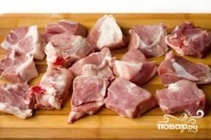 Кусок свинины хорошо промываем, просушиваем и нарезаем на одинаковые небольшие кусочки.