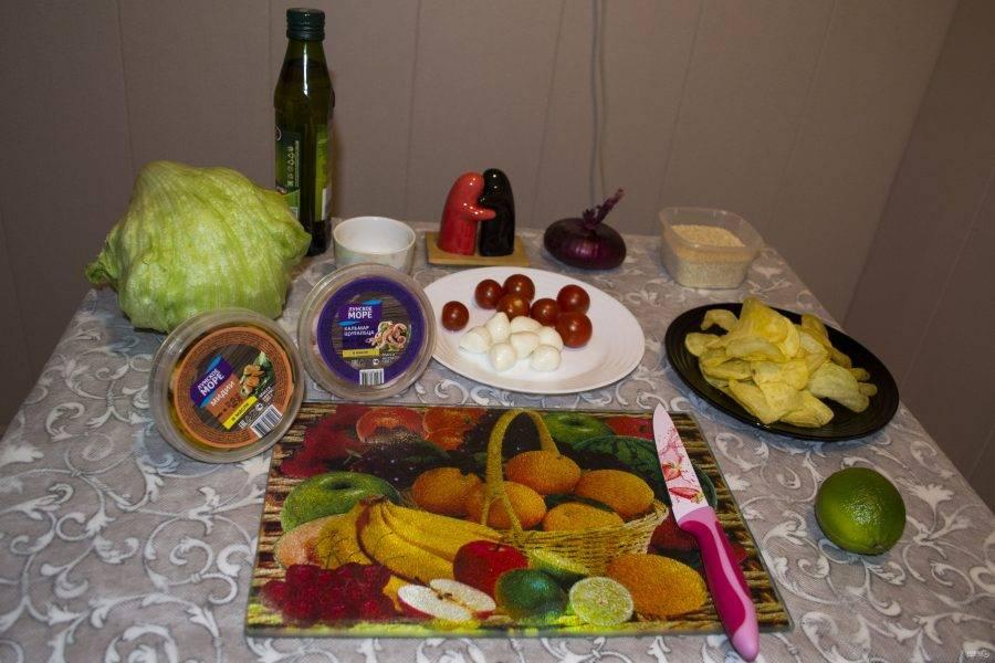 Приготовьте все продукты для салата.