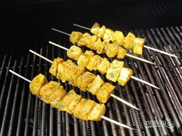 4.Хорошенько смажьте гриль растительным маслом, чтобы рыбка получилась сочной. Обжаривайте шашлычки на разогретом гриле около 10 минут, регулярно переворачивая.