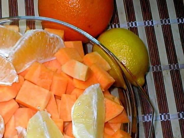 Тыкву, апельсин и лимон очистите от кожицы, апельсин и лимон — от зерен. Пропустите все через мясорубку.