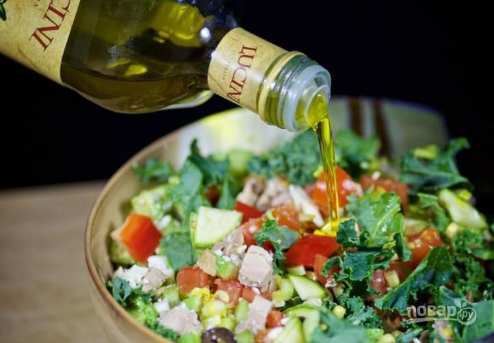 9.Заправляю салат оливковым маслом и перемешиваю, настаиваю его в холодильнике 10-15 минут.
