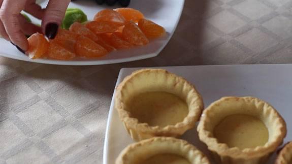 8. Пока выпекаются корзинки, нарезаем желаемые фрукты.