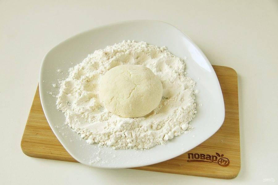 Сформируйте сырники одинакового размера и обваляйте их в муке.
