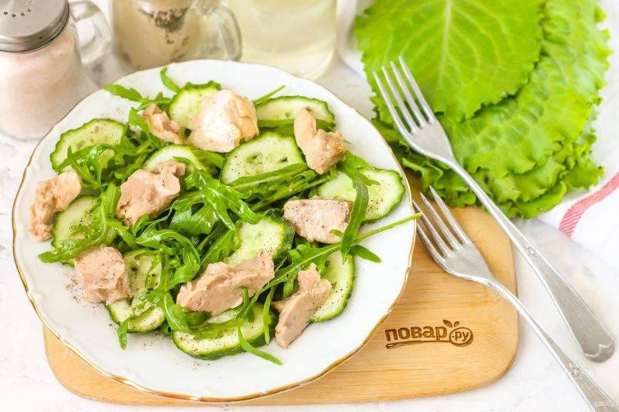 Сбрызните салат маслом из банки, подайте к столу сразу же после приготовления. Можно дополнить блюдо крутонами, тостами или сухариками.