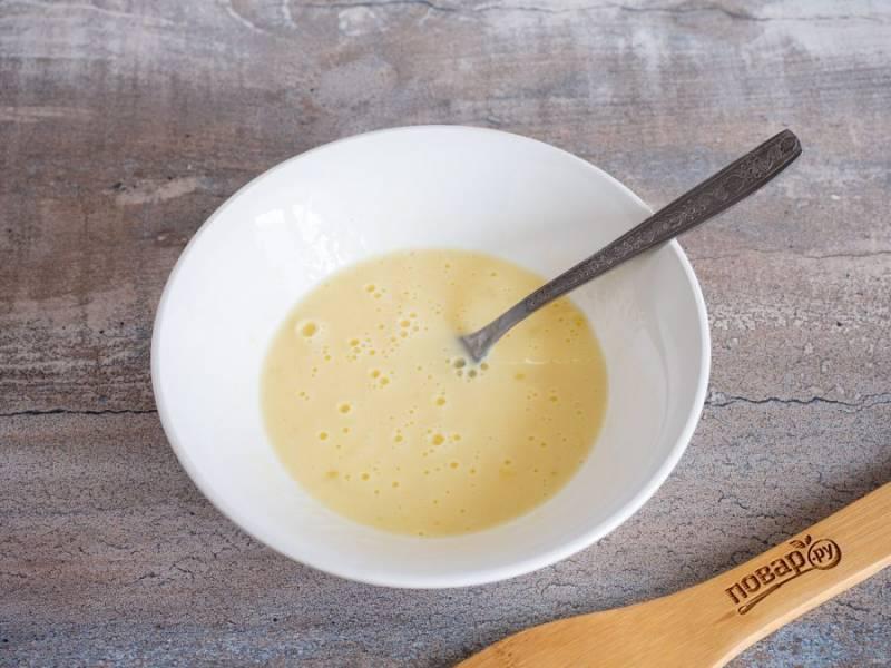 Для заливки смешайте сметану и яйца. Её получается довольно много, поэтому в принципе можно взять 1 яйцо и 1 ст.л. сметаны.