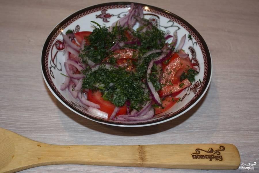 Добавьте нарезанный острый красный перец. Если бы избегаете острое, перец можно не класть. Добавьте нарезанную свежую зелень, базилик.