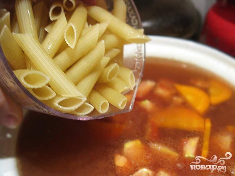 5.Теперь сюда запускаем вермишель. Варить суп до полной готовности.