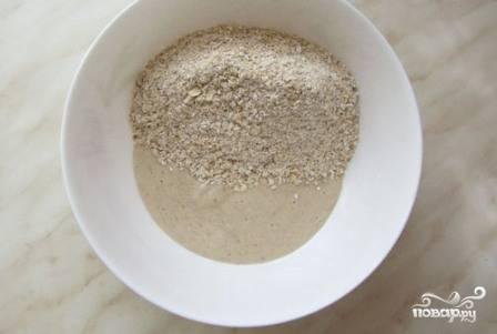 Выкладываем банановое пюре в миску и добавляем к нему перемолотый геркулес. Можно добавить измельченные орехи, изюм или измельченную курагу.
