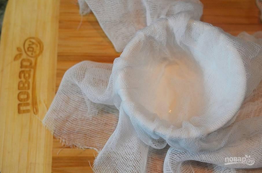 6. В форму или пасечницу выложите ткань или марлю.