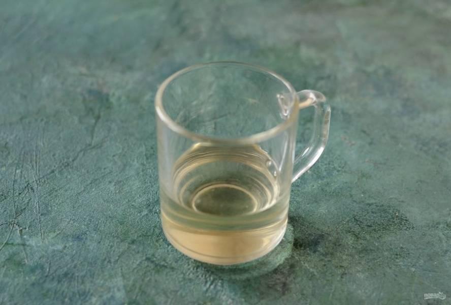 Соедините сахар и воду, добавьте лимонный сок. Доведите до кипения на среднем огне, варите 7 минут. Затем перелейте сироп и остудите при комнатной температуре.