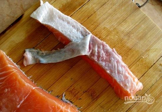 1.Первым делом займусь главным продуктом – рыбой. Хорошенько мою ее под проточной водой, затем нарезаю кусочками около 3 сантиметров в толщину. Аккуратно снимаю шкурку с каждого кусочка.