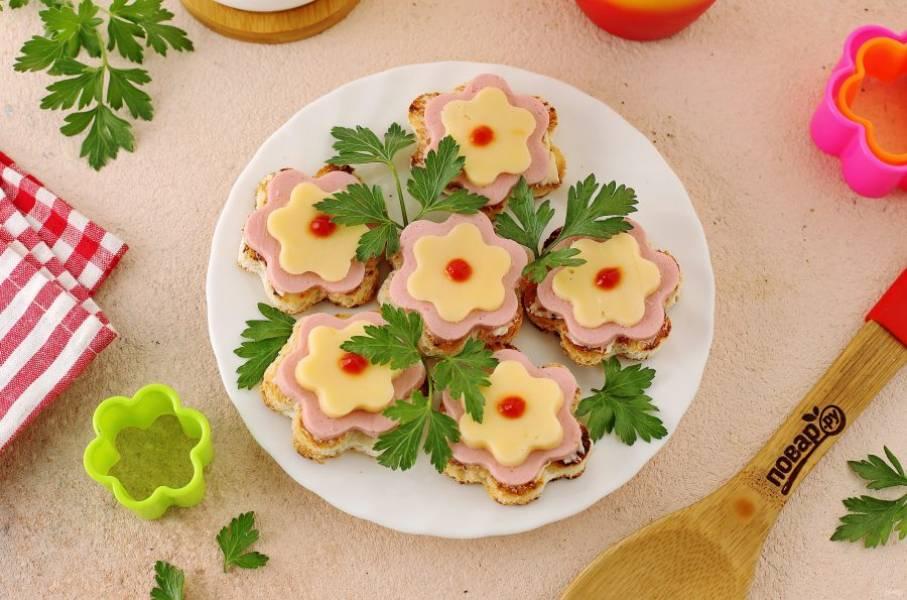 По желанию центр можно украсить кетчупом, майонезом, творожным сыром или любыми овощами. Приятного аппетита!