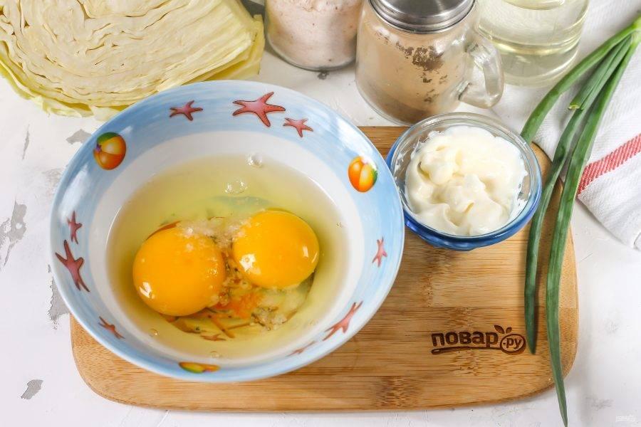 Куриные яйца вбейте в глубокую емкость, посолите и взбейте.