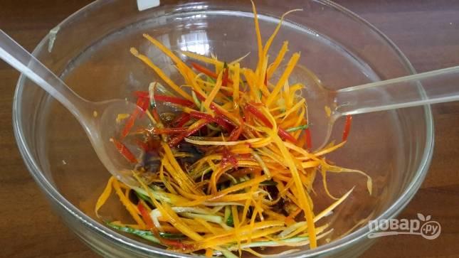 Перекладываем овощи соломкой в миску с заправкой и хорошо перемешиваем.