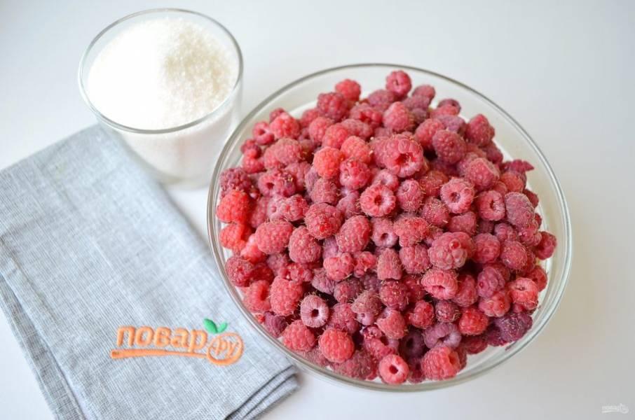 Подготовьте ягоды и сахар. Ягоды переберите, порченые не должны попасть в джем.