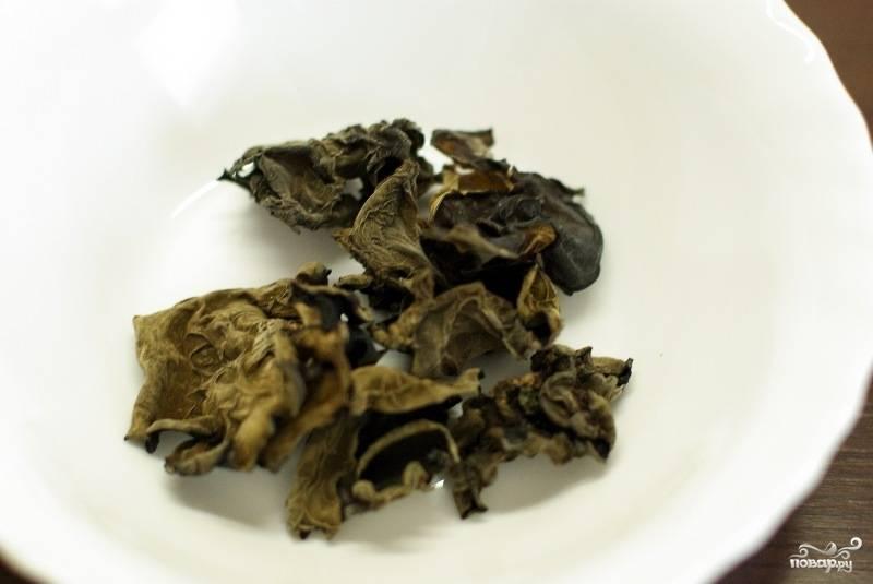 Китайские черные грибы в наших супермаркетах продаются в сушенном виде, поэтому перед тем как начинать их готовить, выкладываем грибочки в тарелку.