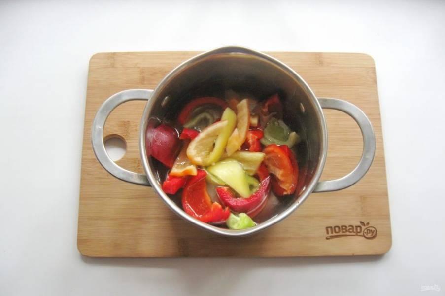 7. Доведите маринад до кипения и порциями выкладывайте нарезанный перец.