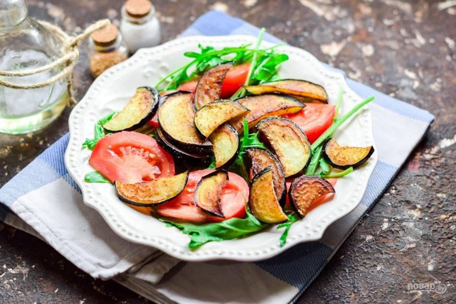 Добавьте поверх помидоров румяные баклажаны. Притрусите салат слегка солью и молотым перцем.