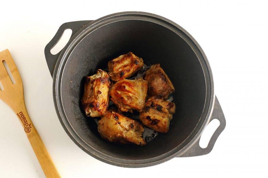 Добавьте соль, специи, горчицу и обжарьте мясо до румяной корочки.