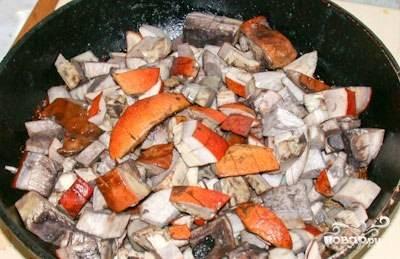 Пока тесто подходит, можно приготовить начинку. Для этого помойте и порежьте грибы (я использовала шампиньоны и белые грибы, которые были под рукой), а затем выложите на горячую сковороду вместе с мелко нашинкованным луком. Обжаривайте грибы на растительном масле до золотистого цвета.