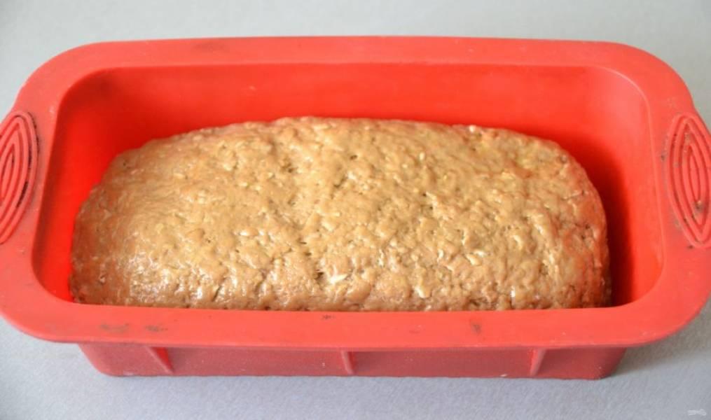 Через час сформуйте хлеб, выложите его в форму.