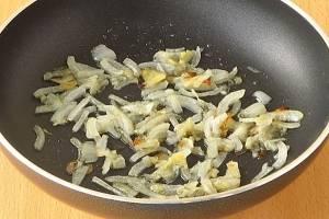 Обжариваем на сковороде, с добавлением масла, до мягкости.