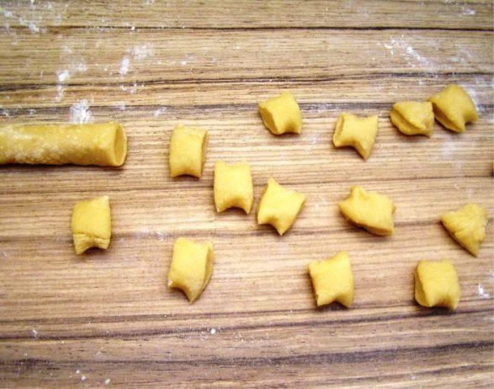 Раскатайте тесто в колбаски. Порежьте их кусочками.