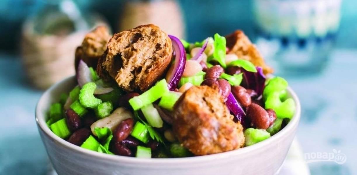 Салат с красной фасолью и кириешками