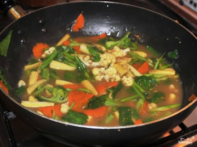 Потом разведенную в воде муку добавьте тоже к овощам. Помешивая, готовьте, пока не загустеет. Можете поперчить по вкусу.