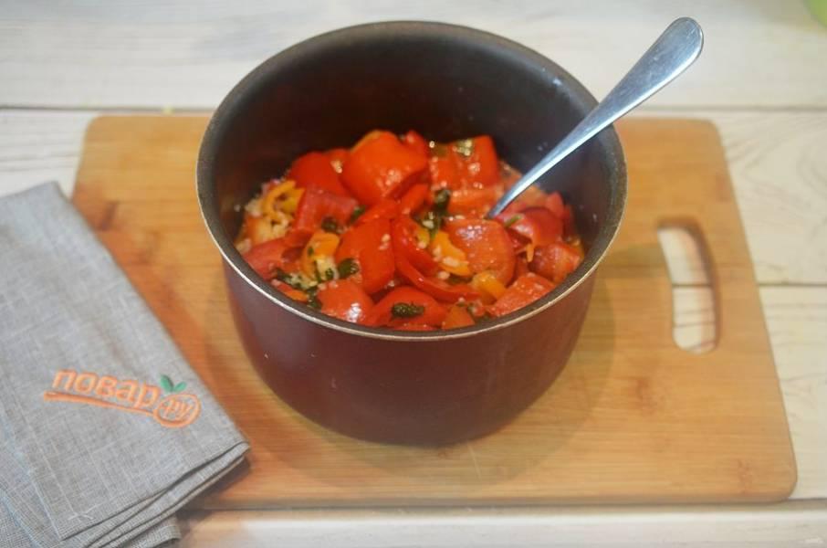4. Добавьте в кастрюлю зелень и чеснок, доведите до кипения. Варите около 7 минут.