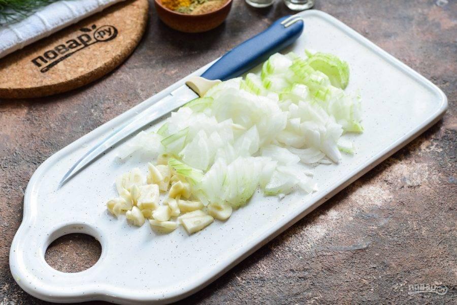 Очистите лук и чеснок, овощи сполосните и просушите. Нарежьте лук и чеснок мелкими кубиками.