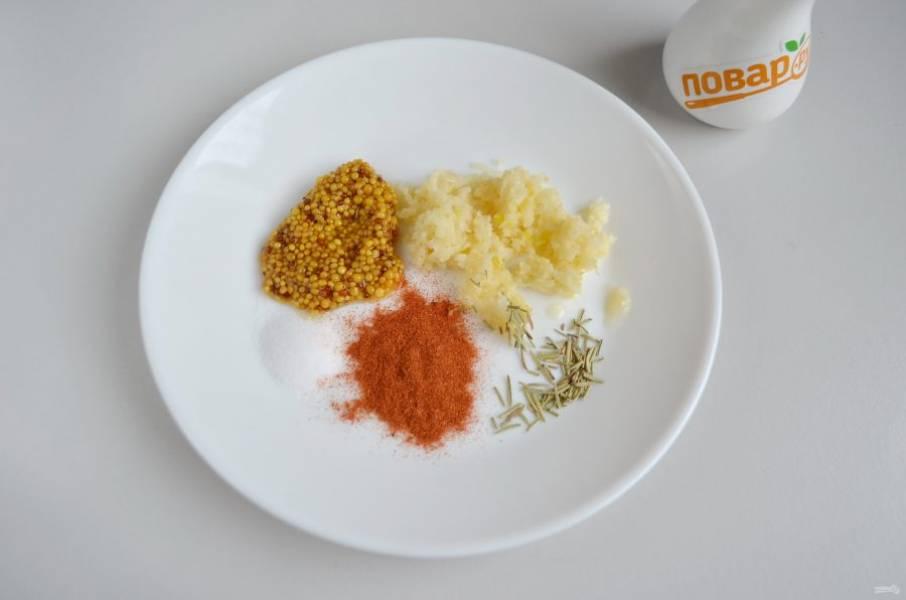 4. Приготовьте набор специй для второго маринада. Измельчите чеснок, смешайте специи.